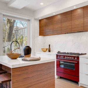 Kuchyna s ostrovcekom a poličkami