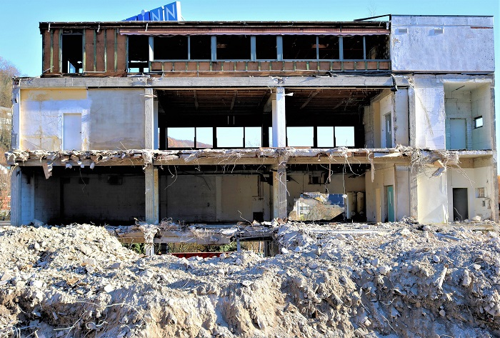 Búranie domu pod dozorom